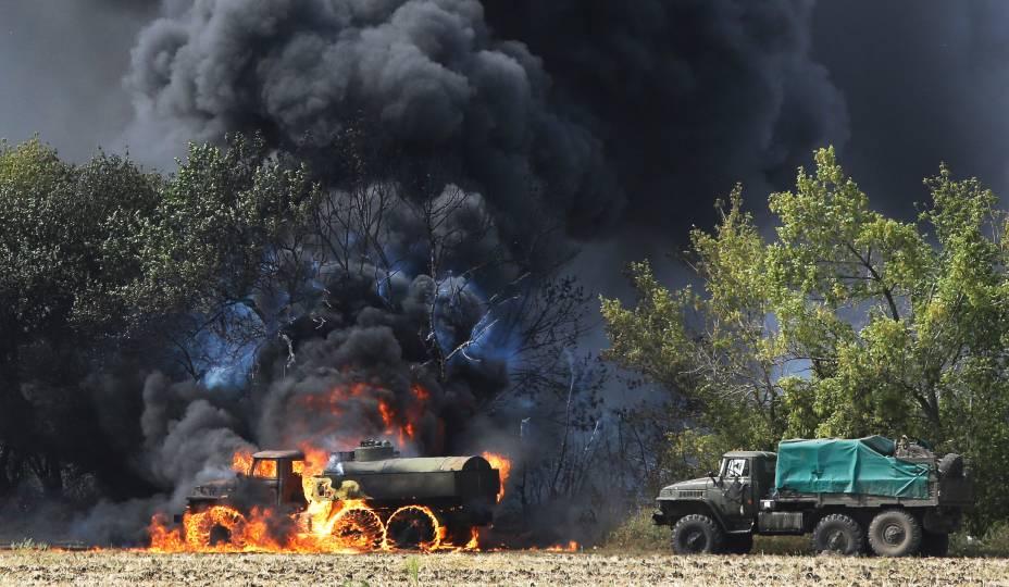 Veículos militares foram incendiados em uma estrada rural na aldeia de Berezove, leste da Ucrânia, depois de um confronto entre tropas pró-governo e milícias separatistas apoiadas pela Rússia - 04/09/2014