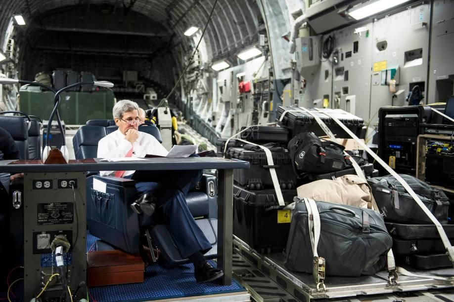 Secretário de Estado dos Estados Unidos John Kerry, olha papéis durante o voo da Jordânia para o Iraque, no início de uma turnê pelo Oriente Médio em busca de apoio militar, político e financeiro para derrotar os militantes islâmicos que controlam partes do Iraque e da Síria - 10/09/2014