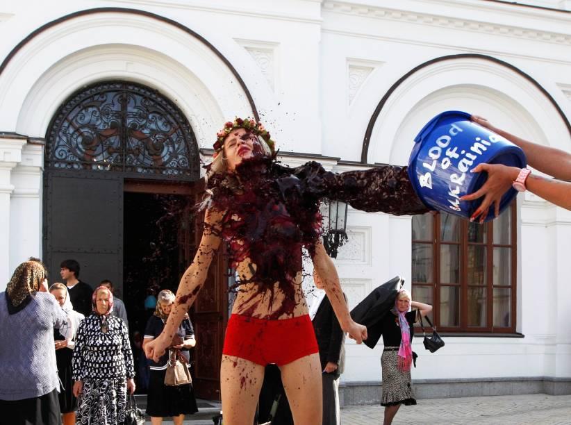 Ativistas do grupo Femen protestam em frente ao Mosteiro de Pechersk Lavra em Kiev. O grupo protestava contra a Igreja Ortodoxa Ucraniana do Patriarcado de Moscou, que apoia a intervenção russa na Ucrânia - 11/09/2014