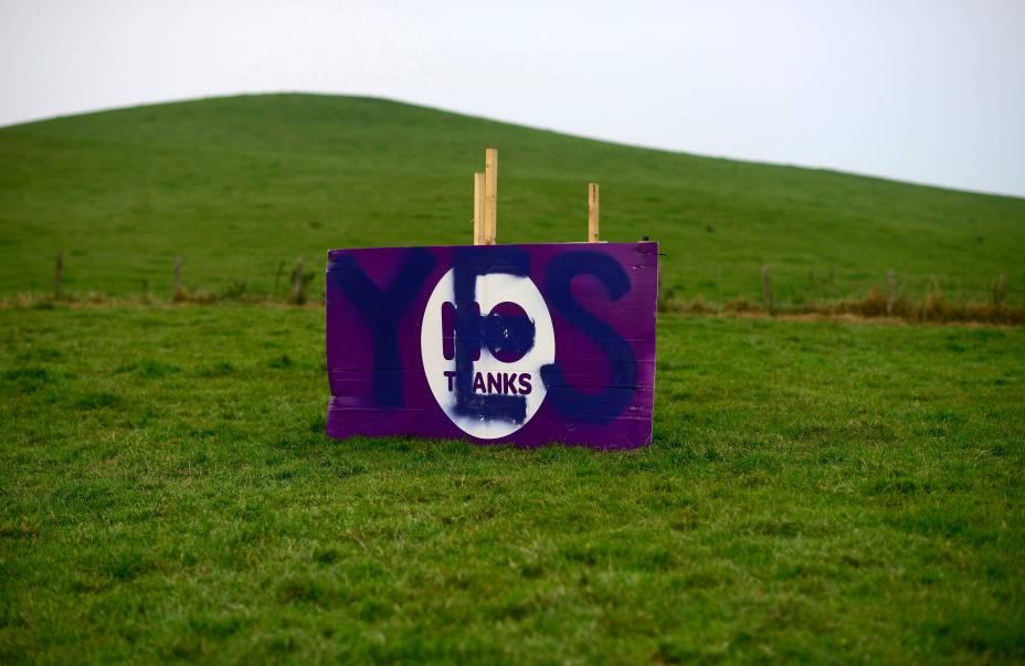 """Cartaz da campanha Não, que defende a manutenção da Escócia ao Reino Unido, é vandalizado por um defensor do """"Sim"""", que defende a independência, nos arredores de Edimburgo. O referendo sobre a independência da país será realizado no próximo dia 18"""