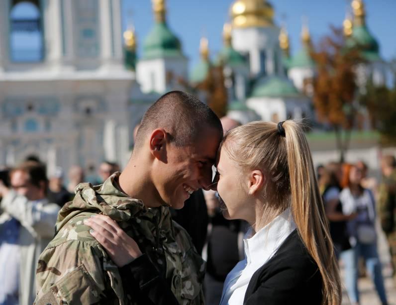 Um soldado do batalhão de voluntários reencontra com a namorada em Kiev, na Ucrânia
