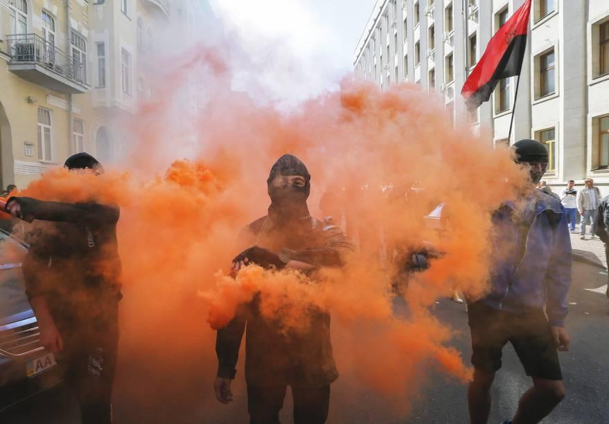 Manifestantes ultranacionalistas ucranianos protestam contra a concessão de auto-governo nas áreas sob o controle dos rebeldes pró-Rússia nas regiões de Donetsk e Lugansk, em frente à Presidência em Kiev - 17/09/2014
