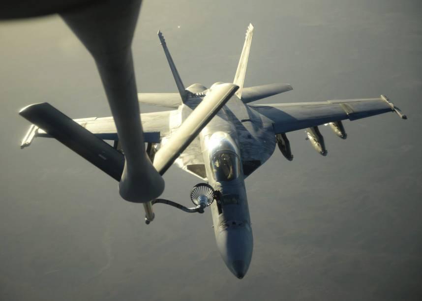 Caça F-18 da marinha americana é reabastecido no ar, na região norte do Iraque. A aeronave integra parte das ações de ataque aos alvos do Estado Islâmico (EI) na Síria