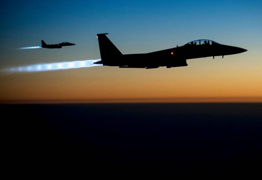 Caças F-15E da Força Aérea dos Estados Unidos sobrevoam o norte do Iraque após a realização de ataques aéreos na Síria em combate aos militantes do Estado Islâmico. Foto tirada no último dia 23 e divulgada hoje - 26/09/2014