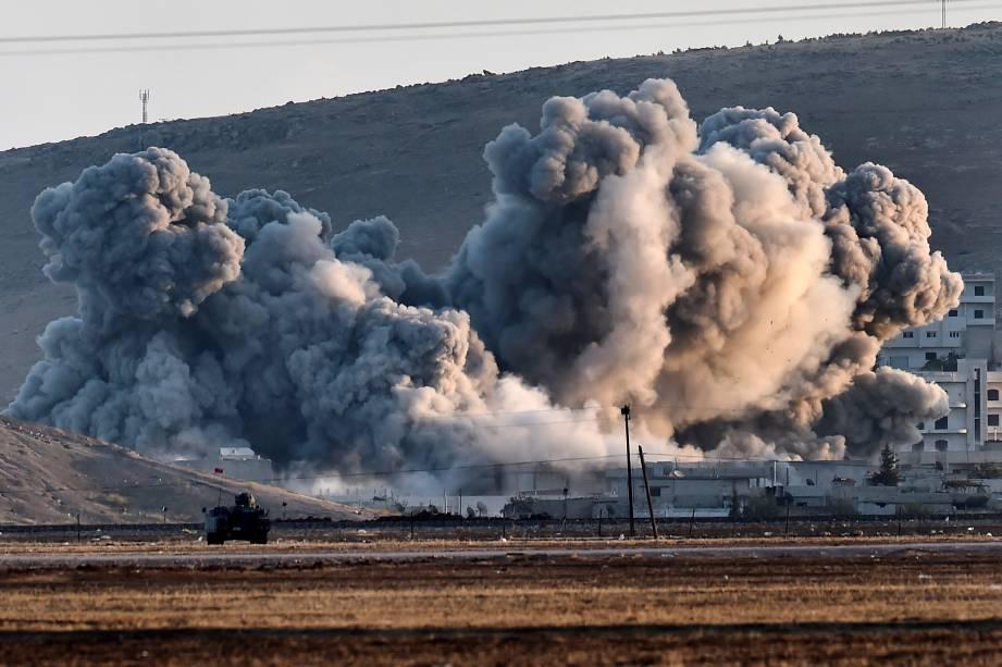 Fumaça é vista durante ataques aéreos na cidade síria de Ain al-Arab, visto a partir da fronteira com a Turquia. O Pentágono anunciou hoje (08) que o poder aéreo dos Estados Unidos por si só não pode impedir que os jihadistas do Estado Islâmico (EI) avancem sobre a cidade fronteiriça de Kobane