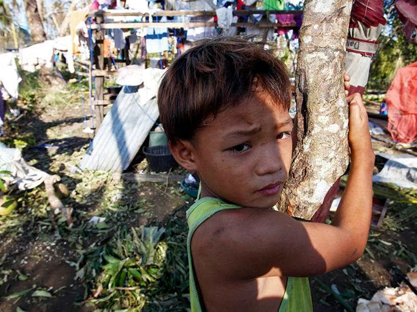 Vítima tufão Hagupit na cidade de Dolores, Samar, no centro das Filipinas