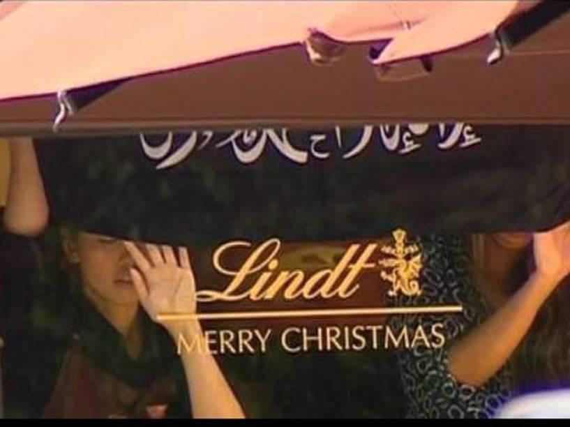 Um homem armado mantém dezenas de reféns dentro de cafeteria no centro da cidade da Australia e exige receber uma bandeira do Estado Islâmico e falar com o premiê
