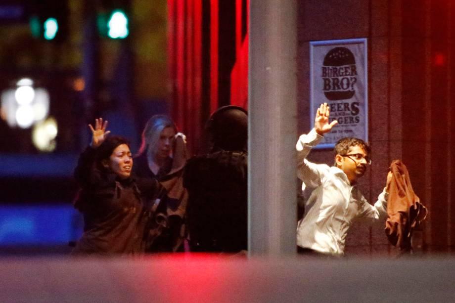 Reféns deixam a cafeteria em Sydney, após polícia entrar no local<br>