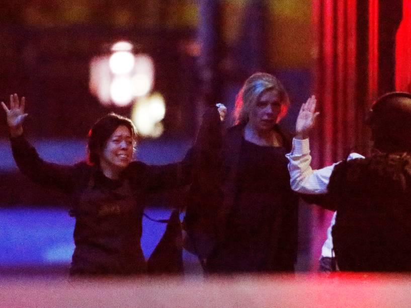 Reféns deixam a cafeteria em Sydney, após polícia entrar no local