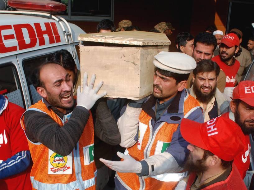 Equipes de resgate carregam corpos das vítimas do atentado no Paquistão