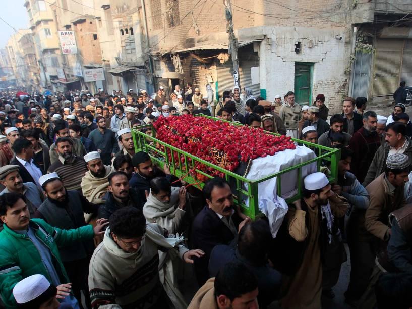 Paquistaneses carregam corpo de um dos 132 estudantes mortos no atentado a uma escola em Peshawar