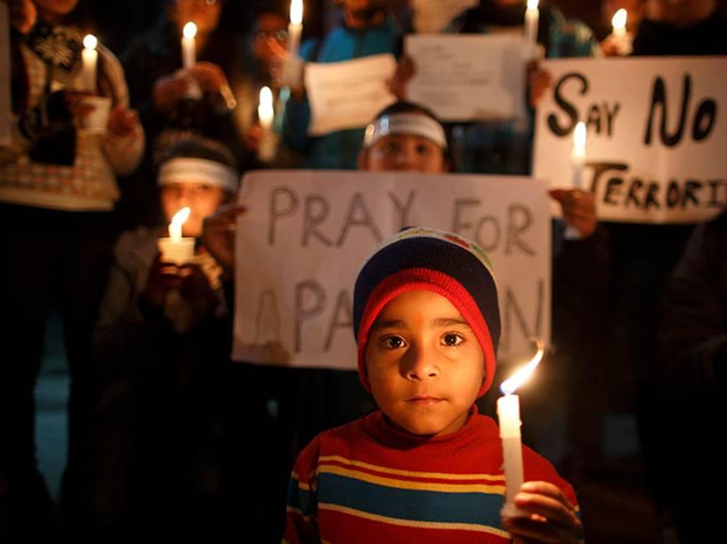 Crianças prestam homenagem às vítimas do atentado que matou 132 estudantes no Paquistão