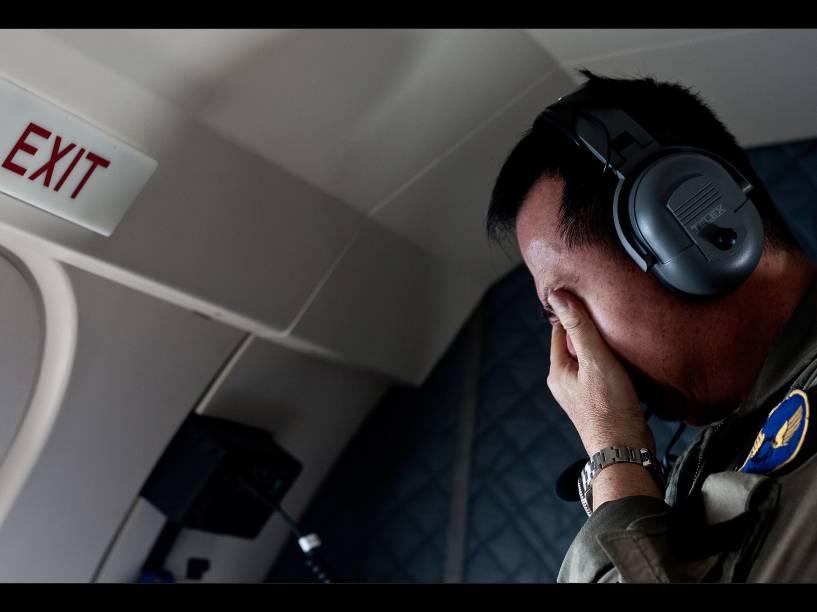 Homem reage após avistar o corpo de uma das vítimas do voo QZ8501 da AirAsia, no mar de Java, na Indonésia, durante operação de busca da aeronave - 30/12/2014