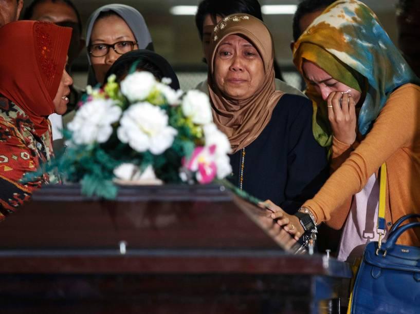 Familiares das vítimas do vôo QZ8501 da AirAsia durante cerimônia funeral no Hospital Bhayankara em Surabaia, Indonésia - 01/01/2015