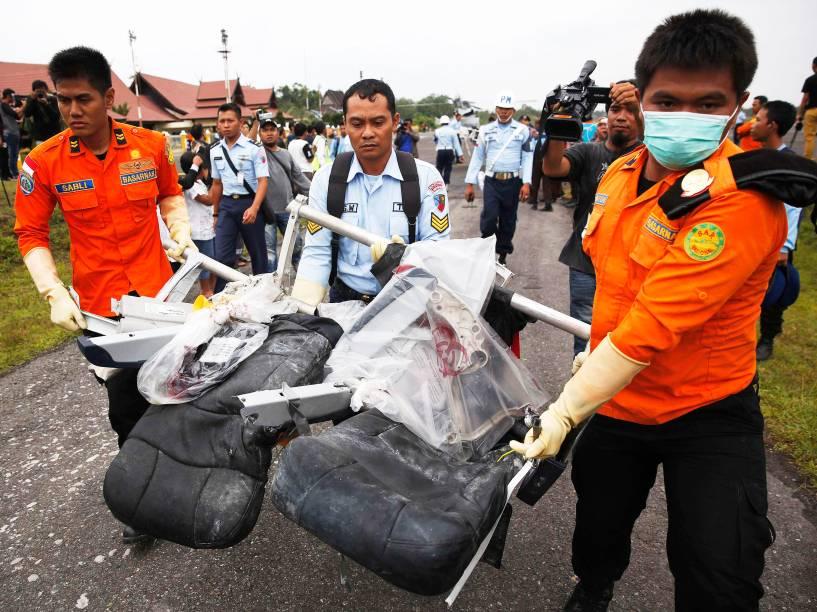 Partes da aeronave da AirAsia recuperadas do mar de Java, são transportados no aeroporto de Pangkalan Bun, na Indonésia - 05/01/2015