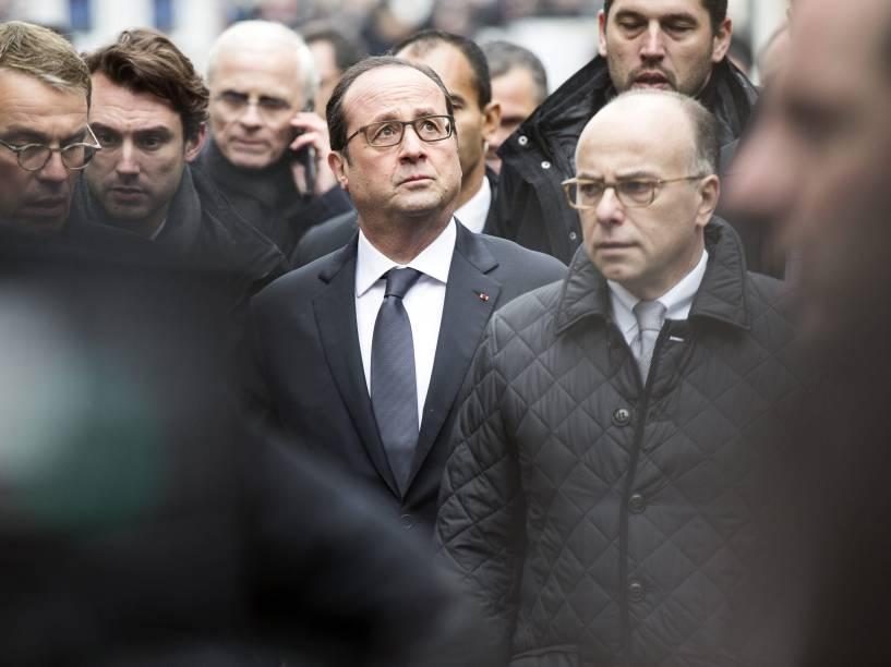 O presidente francês, Francois Hollande (ao centro), chega ao escritório da revista satírica Charlie Hebdo em Paris após tiroteio que matou ao menos 12 pessoas