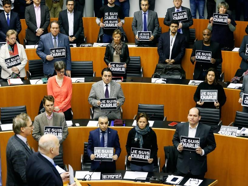Membros do Parlamento Europeu seguram cartazes com a frase eu sou Charlie durante sessão com um minuto de silêncio, emBruxelas, na Bélgica