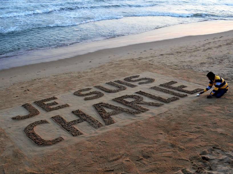 Artista de areia indiano, Sudarsan Pattnaik, termina sua arte em homenagem à vítimas dos ataques terroristas na França