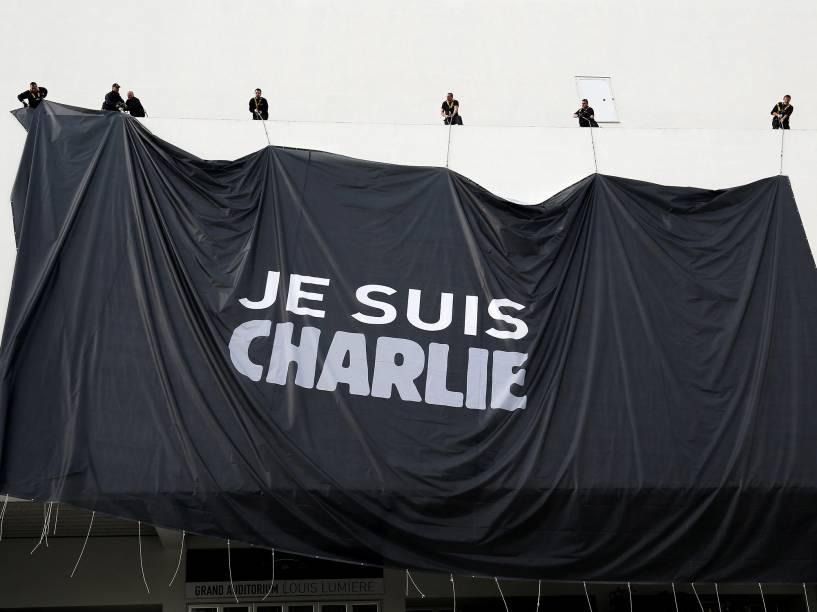 Operários estendem uma grande lona com a frase Je suis Charlie em homenagem às vítimas dos ataques ao jornal Charlie Hebdo na entrada do Palácio dos Festivais de Cannes, na França - 09/01/2015