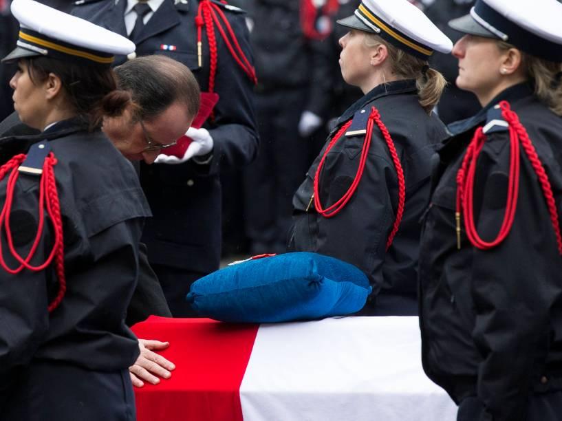 Presidente Francois Hollande no funeral dos três policiais mortos na semana passada durante ataques em Paris