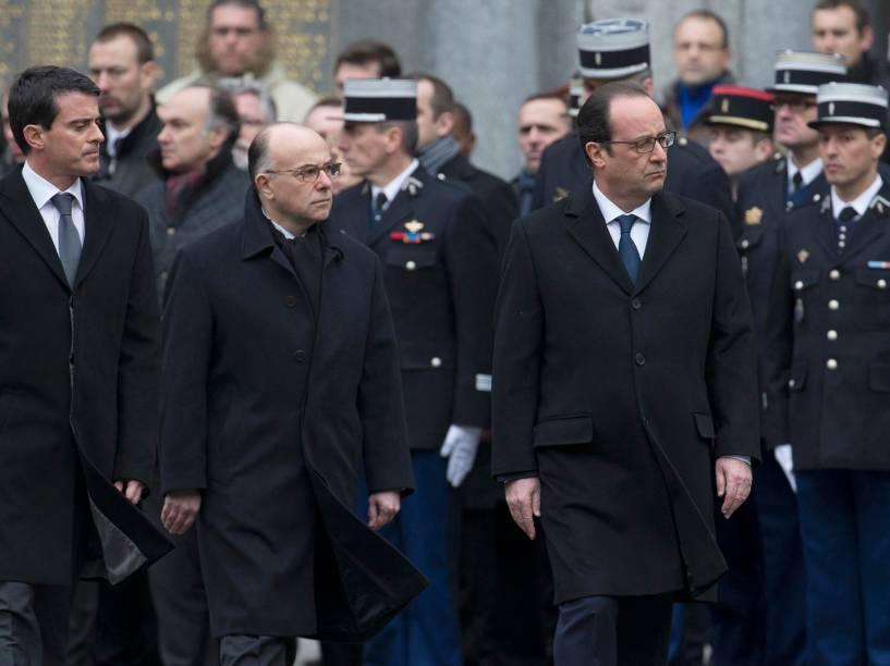 Presidente francês durante homenagens aos três policiais que morreram na semana passada em Paris