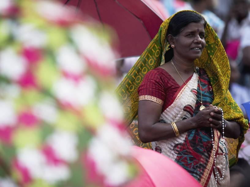 Mulher indiana reza antes da chegada do Papa Francisco ao santuário de Nossa Senhora de Madhu, no Sri Lanka - 14/01/2015
