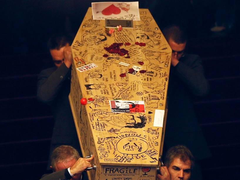 Caixão com o corpo do cartunista francês Bernard Verlhac é carregado na França