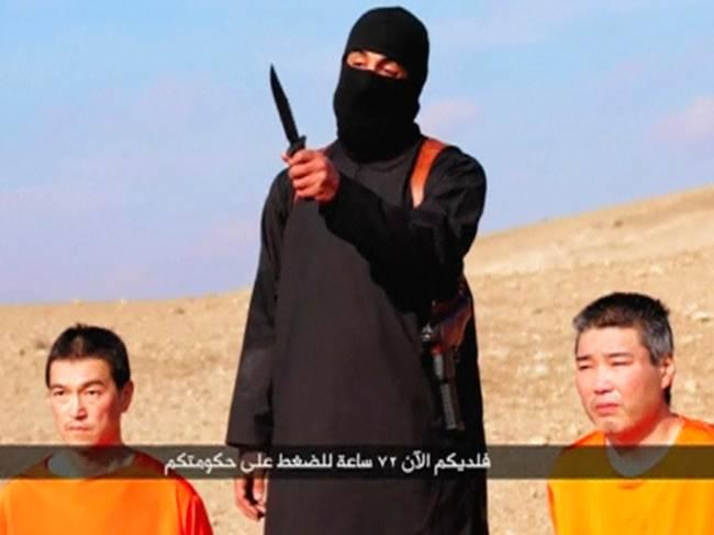Homem com o rosto coberto ameaça dois japoneses em um vídeo publicado pelo grupo radical Estado Islâmico. O grupo militante, que controla faixas dos territórios da Síria e do Iraque, exigiu US$ 200 milhões do governo japonês para salvar as vidas de ambos. Os homens foram identificados no vídeo como Haruna Yukawa e Kenji Goto
