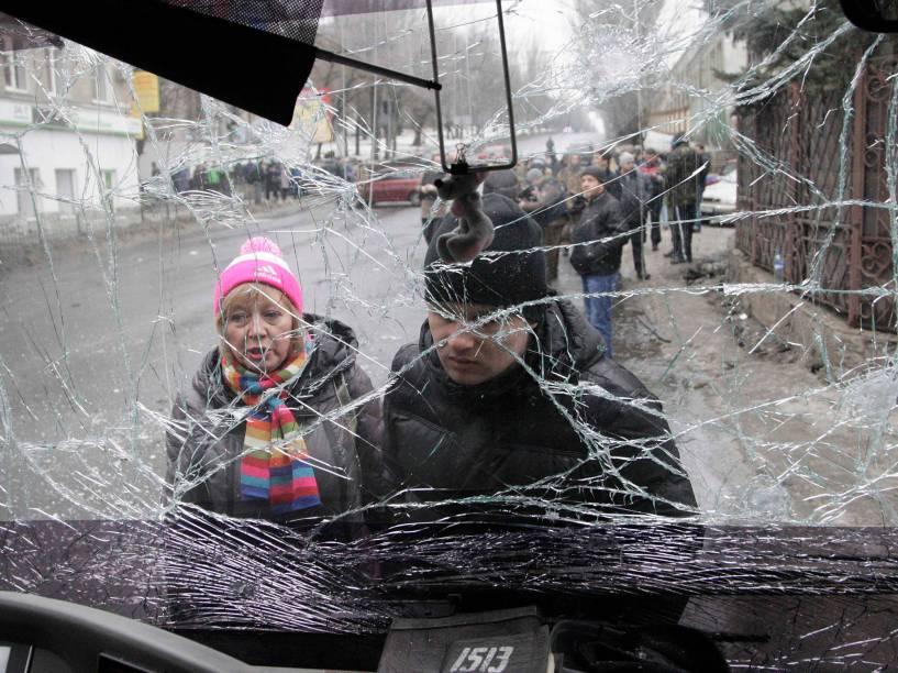 Pelo menos 13 pessoas morreram e dezenas ficaram feridas após um morteiro atingir um trólebus em Donetsk, no leste da Ucrânia. Mais de 5.000 pessoas morreram na guerra travada desde abril de 2014 entre o Exército ucraniano e os separatistas pró-russos no leste do país