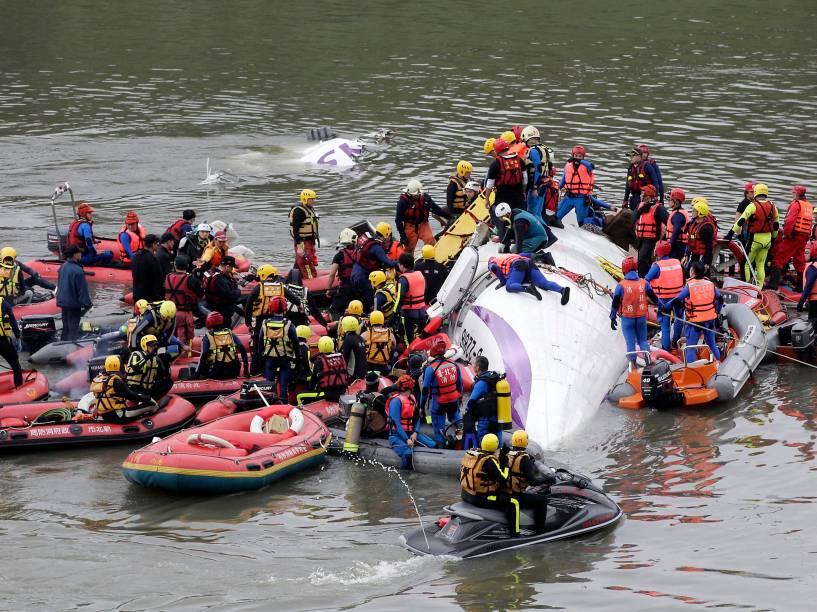 Equipe de resgate realiza operação de salvamento após queda de avião em Taipé, Taiwan