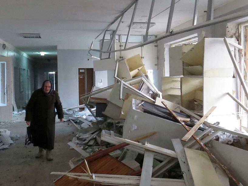 Mulher caminha em hospital atingido por míssil em Donetsk, na Ucrânia
