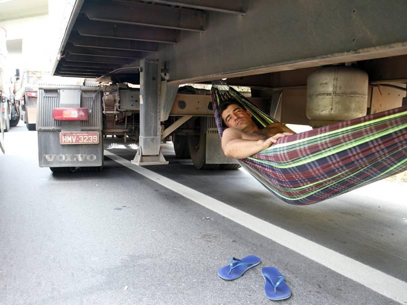 Caminhoneiro dorme em rodovia na cidade de Betim, Minas Gerais