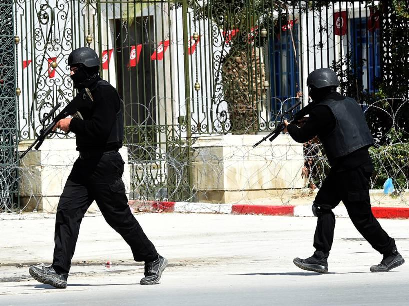 Policiais em frente ao Museu do Bardo