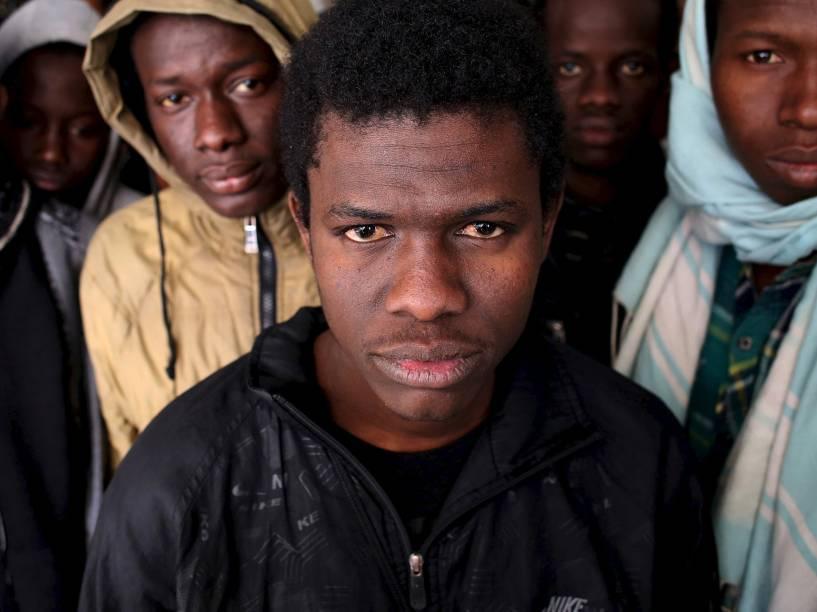 Grupo de migrantes ilegais no centro de imigração de Misrata, Líbia. Itália quer que Egito e Tunísia ajudem a resgatar navios acidentados de migrantes no mediterrâneo, para que os sobreviventes sejam levados de volta à Afríca e não para portos europeus - 25/03/15