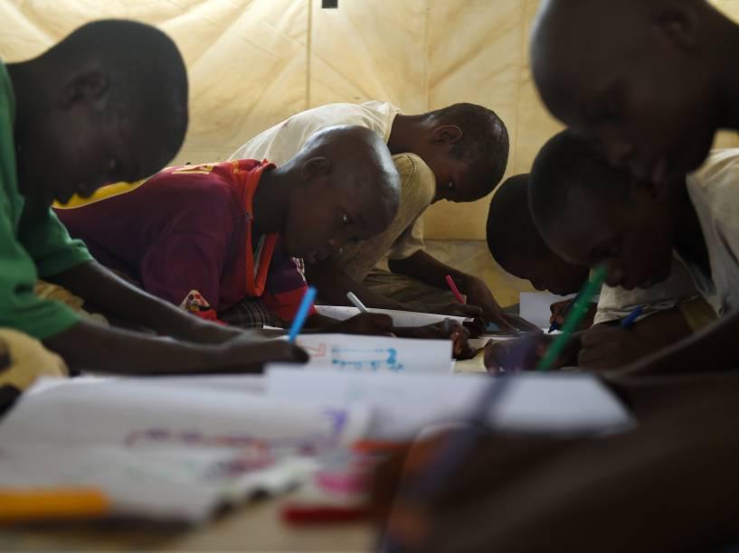Jovens nigerianos desenham durante programa de terapia para refugiados. Sete civis foram mortos em ataque recente de rebeldes do Boko Haram