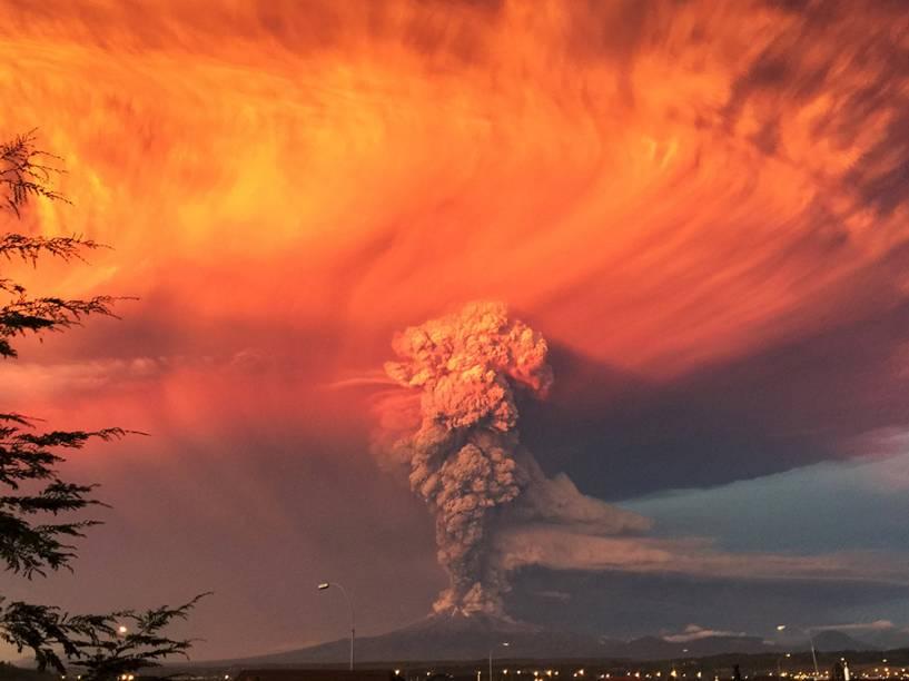 <p>Erupção do vulcão Calbuco após mais de quatro décadas nesta quarta-feira (22) mudou a cor do céu no sul do Chile. O governo do país decretou estado de exceção em cidades próximas ao vulcão - foi decretado alerta vermelho e determinada a evacuação de povoados no entorno da montanha</p>