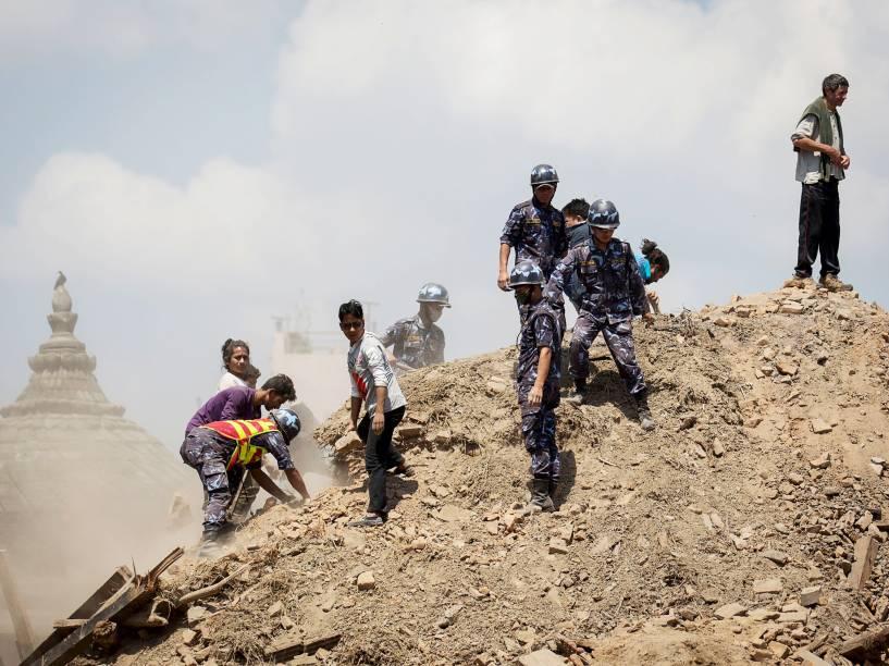 Em Kathmandu, Nepal, policiais e voluntários procuram por sobreviventes em meio aos escombros de um templo destruído pelo terremoto que devastou a região - 27/04/2015