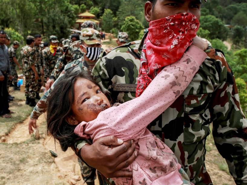 Menina ferida no terremoto do último sábado, é carregada por soldado até um helicóptero em Sindhupalchowk, Nepal - 28/04/2015
