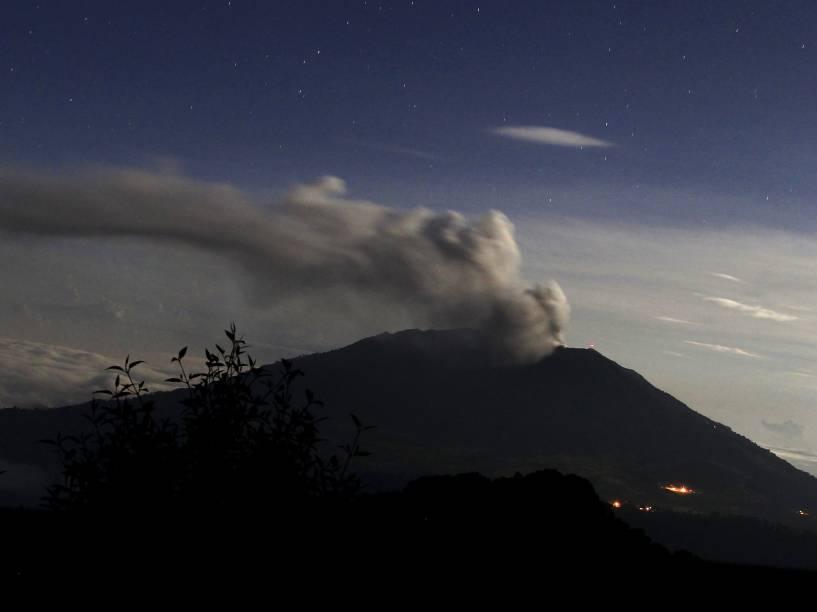 <p>Vulcão Turrialba, em erupção desde segunda feira (4), expele nuvem de cinzas próximo a San Gerardo de Irazu, Costa Rica - 06/05/2015</p>