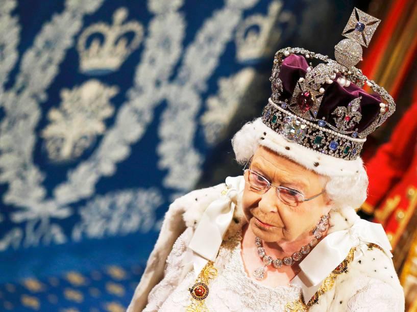 Rainha Elizabeth II chega ao palácio de Westminster, em Londres, para o discurso de abertura anual do Parlamento - 27/05/2015