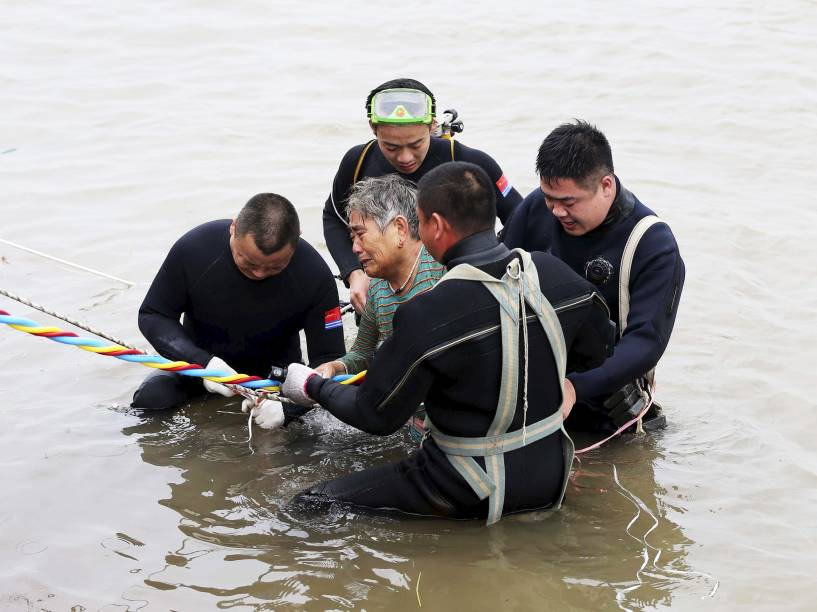 Equipe de resgate retira mulher do rio Yangtze após sobreviver ao naufrágio do navio Estrela do Oriente, em Jianli, na China - 02/06/2015