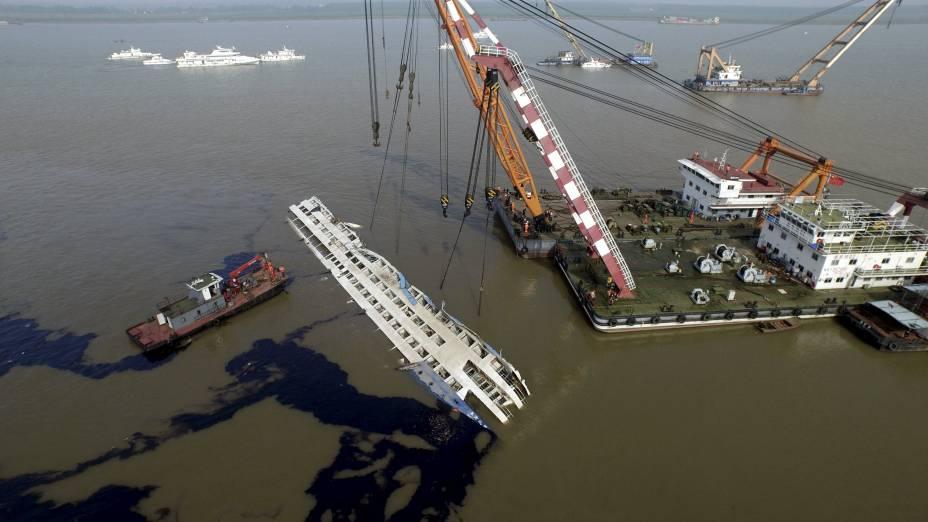 Equipe de resgate trabalha para erguer o navio Estrela do Oriente que naufragou em Jianli, na China - 05/06/2015
