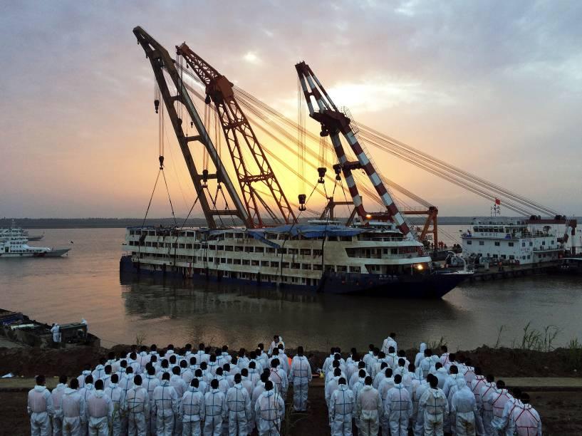 Equipes de resgate observam o navio de cruzeiro Estrela do Oriente, que naufragou na segunda-feira (1º), com 456 pessoas a bordo