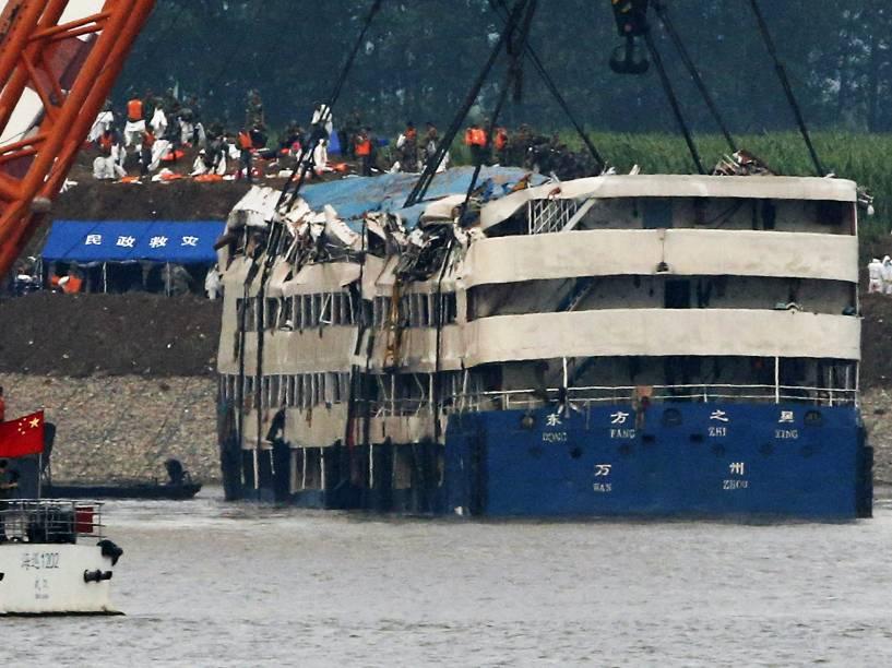Com o auxílio de dois guindastes de 500 toneladas cada um, autoridades da China conseguiram desvirar na manhã desta sexta-feira (5), o navio Estrela do Oriente, que naufragou no rio Yangtze na noite de segunda-feira (1º)