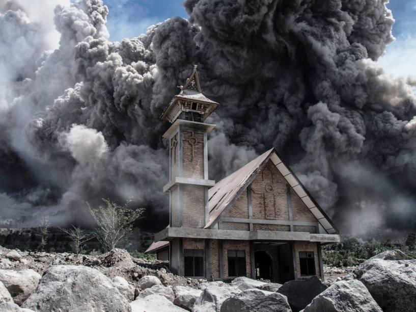 <p>Cinzas do Monte Sinabung preenchem o céu sobre uma igreja abandonada durante nova erupção em Karo, Indonésia - 19/06/2015</p>