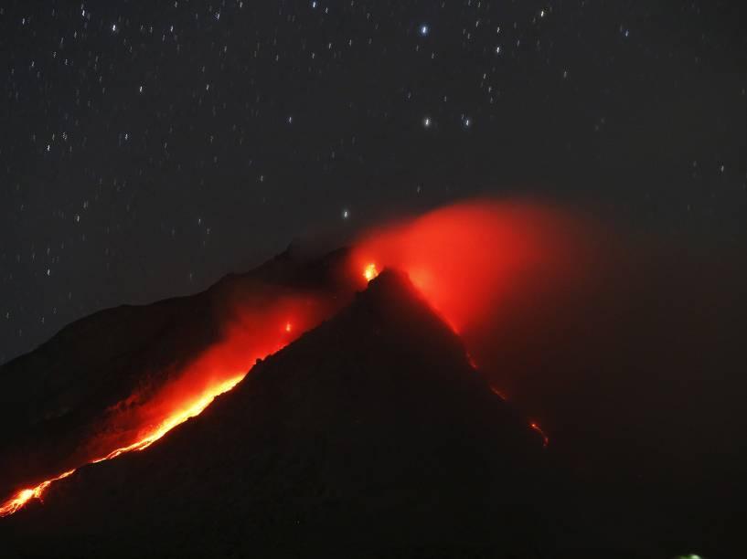 <p>Monte Sinabung expele lava em foto tirada a partir de uma aldeia vazia em Karo, província de Sumatra do Norte, na Indonésia - 22/06/2015</p>