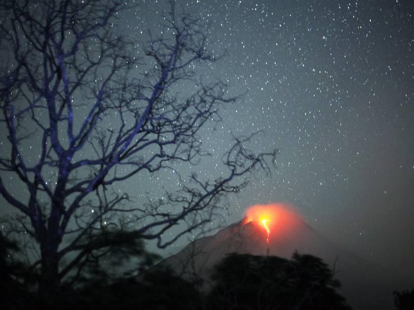 <p>Lava derretida do vulcão Monte Sinabung é vista a partir de uma aldeia próxima ao distrito de Karo, na província de Sumatra do Norte, na Indonésia. Milhares de aldeões tiveram de deixar suas casas - 23/06/2015</p>