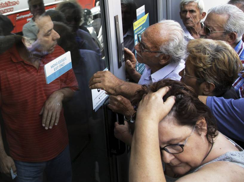 Pensionistas são vistos em frente a agência fechada do Banco Nacional da Grécia, na esperança de receberem seus benefícios - 29/06/2015