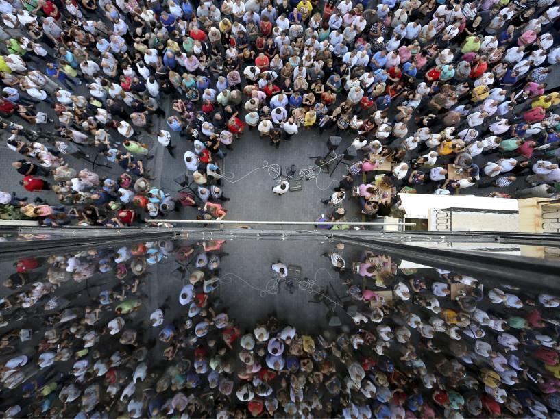 Pessoas são refletidas em um prédio durante protesto a favor da União Européia na ilha de Creta, Grécia. O primeiro-ministro grego, Alexis Tsipras, disse que os problemas que o país enfrenta devido ao fechamento dos bancos não durará muito