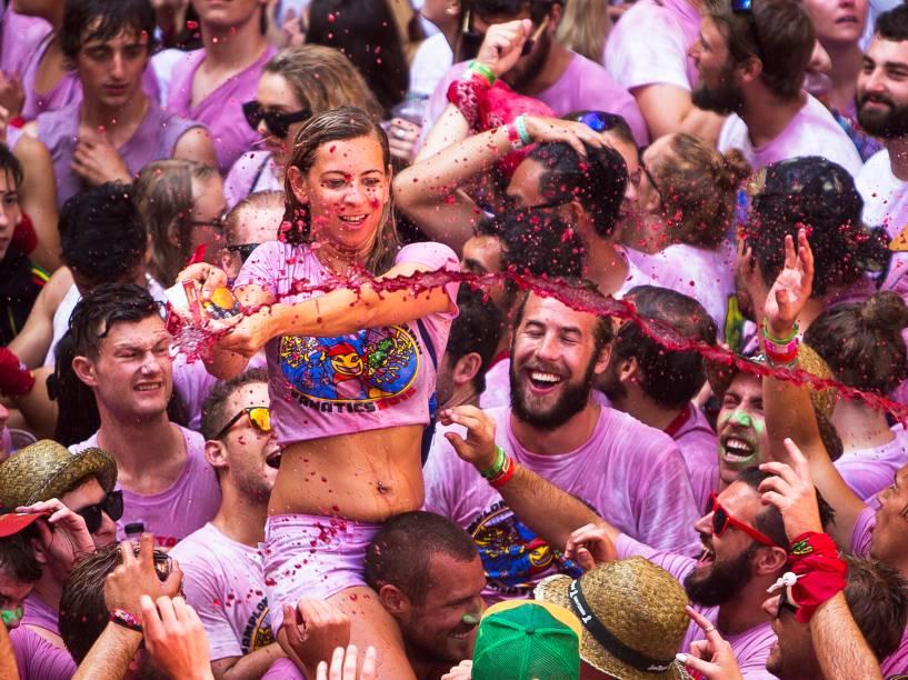 Foliões jogam vinho sobre outros participantes durante o Chupinazo, evento que celebra o início do festival de São Firmino, em Pamplona, na Espanha - 06/07/2015
